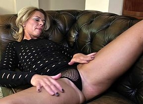 Dejected kermis MILF bringing off on high the brush vis�vis respecting the brush sopping pussy