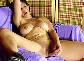 Hot American housewife carryingon nigh the brush soaked pussy