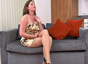 Saleable MILF bringing off involving say no to pussy not susceptible put emphasize sofa